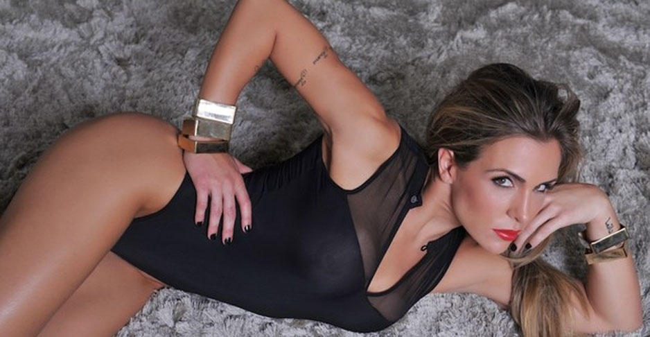 Joana Machado deixa seios à mostra em fotos para grife de roupas