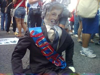 Jaques Wagner não suporta a pressão e abandona desfile do 2 de Julho