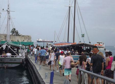 Embarque em escunas, catamarãs e lanchas de Mar Grande. (Foto: Astramab/Divulgação)