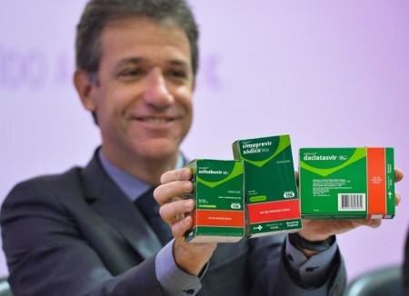 O ministro da Saúde, Arthur Chioro lança a campanha de prevenção à hepatite C, e começa a distribuir três novos medicamentos contra a hepatite C (daclatasvir, sofosbuvir e simeprevir) pelo SUS (Elza Fiúza/Agência Brasil)