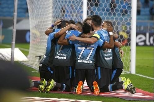 Jogadores comemoram gol e classificação do Grêmio para as quartas (Foto: Grêmio/Divulgação)