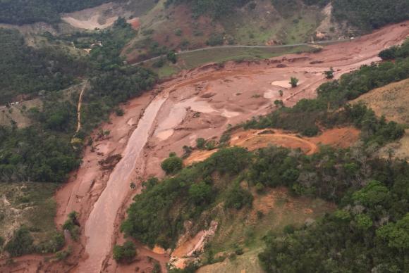 Área afetada pelo rompimento de barragem no distrito de Bento Rodrigues, zona rural de Mariana (Foto: Corpo de Bombeiros de Minas Gerais/Divulgação)