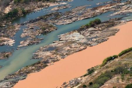 Onda de lama, em consequência do rompimento de barragens em Mariana (MG),  invade o Rio Doce (Foto: Fred Loureiro/Secom-ES)