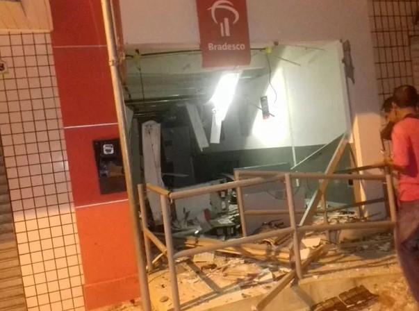 A agência do Bradesco foi ainda mais atingida pelas explosões (Foto: Polícia Civil)