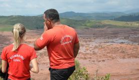 Trabalho de buscas do Corpo de Bombeiros no distrito de Bento Rodrigues, zona rural de Mariana (Foto: Antonio Cruz/Agência Brasil)