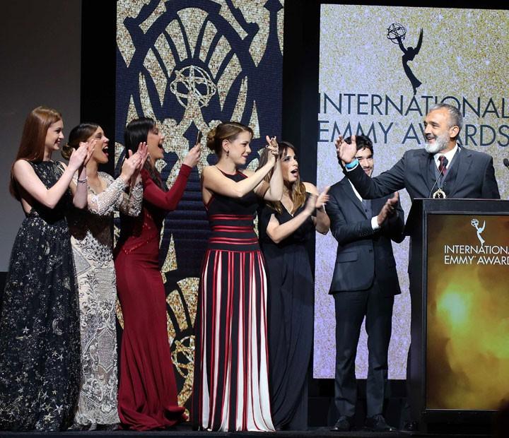 Elenco de 'Império' subiu ao palco com Papinha para receber o Emmy Internacional (Foto: TV Globo/ Luiz C. Ribeiro/Divulgação)