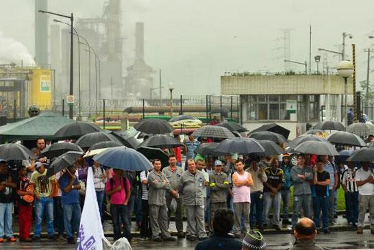Cubatão (SP) - Grevistas fazem manifestação em frente à Refinaria de Cubatão (Rovena Rosa/Agência Brasil)