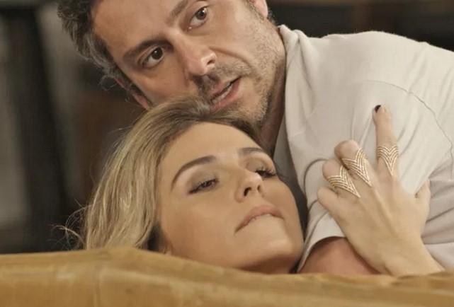 Atena provoca Romero e se nega a sair do apartamento (Foto: TV Globo)