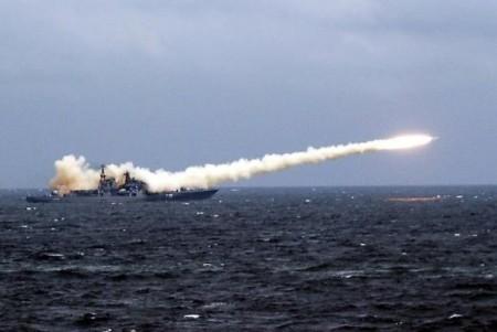 O Exército russo dispara mísseis contra bases do Estado Islâmico (Foto: erviço de Imprensa da Frota do Paífico/Divulgação)