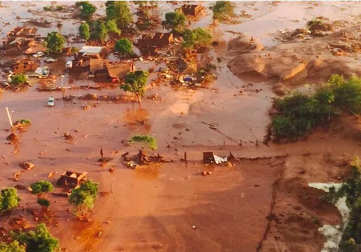 Representantes do Núcleo de Combate aos Crimes Ambientais do Ministério Público Estadual de Minas Gerais estão em Bento Rodrigues e será instaurado um inquérito civil para apurar as causas do rompimento da barragem (Foto: Imagem capturada/TV/GloboNews)