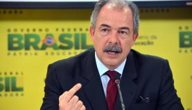 O ministro da Educação, Aloizio Mercadante, disse que a ligeira queda nas médias em três das quatro provas objetivas não é relevante (Foto: Wilson Dias/Agência Brasil)