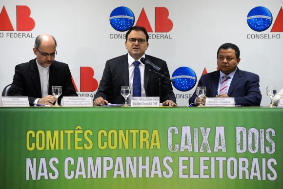 Dom Joaquim Giovani Mol Guimarães (CNBB), Marcus Vinicius Furtado Coelho (OAB) e Marlon Jacinto Reis (MCCE) participam do lançamento da campanha contra o caixa 2 nas eleições (Foto: Wilson Dias/Agência Brasil)