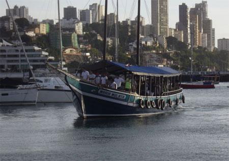 O passeio de escuna pelas ilhas da  baía atrai muitos turistas (Foto: Astramab/Divulgação)