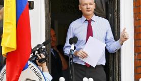 Julian Assange, em foto na varanda da Embaixada do Equador, em Londres, onde está refugiado desde 2012 (Foto: Kerim Okten/EPA/Agência Lusa)