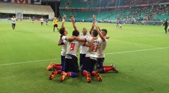 Jogadores comemoram com Hernane gol do Bahia. (Foto: ECB/Divulgação)