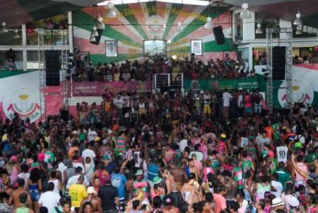 Mangueirenses comemoram na quadra da escola o título de campeã no carnaval de 2016 do Grupo Especial do Rio (Foto: Tomaz Silva/Agência Brasil)