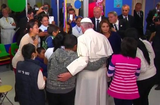 """Papa Francisco na visita ao Hospital Infantil do México Federico Gómez: """"Não se esqueçam de rezar por mim"""". (Foto: Reprodução/Youtube)"""