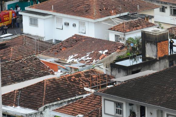 O avião Cessna que levava a bordo o então candidato à Presidência da República pelo PSB, Eduardo Campos, caiu no dia 13 de agosto sobre um bairro residencial em Santos (Tânia Rêgo/Agência Brasil)