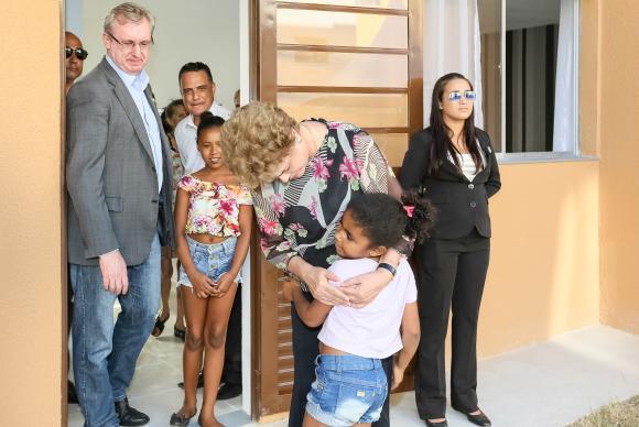 A presidenta Dilma Rousseff abraça uma criança durante entrega de moradias no Rio (Foto: Roberto Stuckert Filho/PR)
