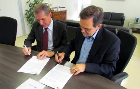 Secretário Walter Pinheiro  e o presidente da Telebras, Jorge Bittar, na assunatura do contrato.