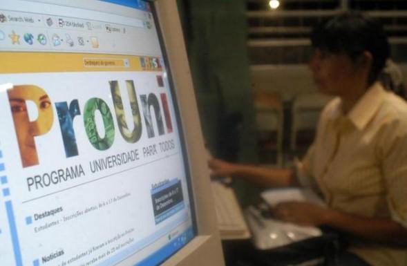 O ProUni oferece bolsas de estudo integrais e parciais  em instituições privadas