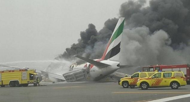 O avião da Emirates pegou fogo e fez um pouso de emergência (Foto: Reprodução do Twitte)