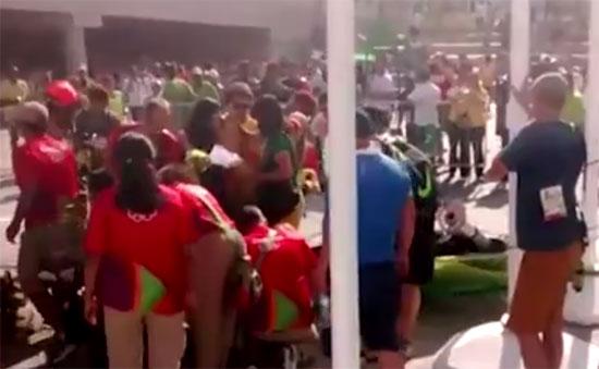 A câmera suspensa fazia imagens do público no Parque Olímpico da Barra despencou e atingiu duas mulheres que passavm pelo local; (Foto: Reprodução/TV)