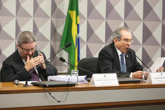 O relator Antonio Anastasia e o presidente da Comissão do Impeachment, Raimundo Lira, durante sessão para discutir relatório sobre processo de impeachment da presidenta afastada Dilma Rousseff (Foto: Antonio Cruz/Agência Brasil)