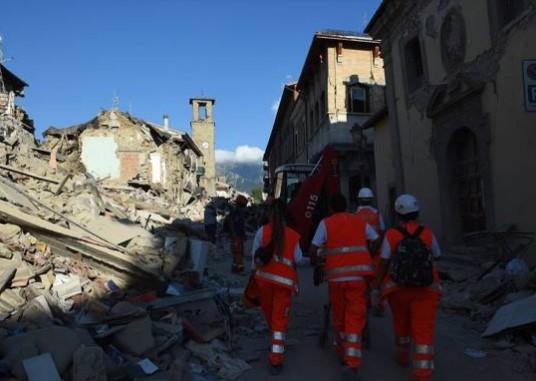 Destroços provocados pelo terremoto de magnitude 6,2 graus na escala Richter (Foto: Reprodução/Corriere Della Sera)
