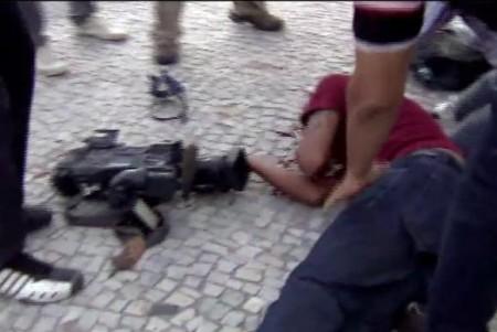 Rio de Janeiro - Cinegrafista da TV Bandeirantes é ferido em protesto contra aumento de passagem de ônibus (Reprodução TV Brasil/Gabriel Penchel)
