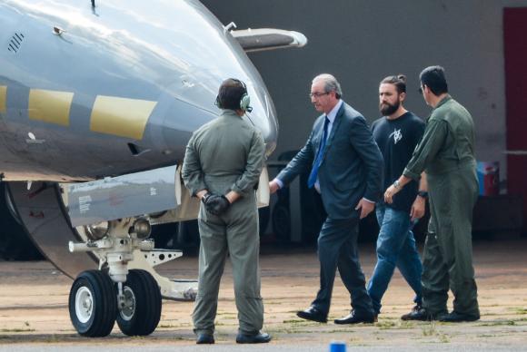 O ex-presidente da Câmara dos Deputados, Eduardo Cunha, embarca para Curitiba após ser preso pela Polícia Federal (Foto: Wilson Dias/Agência Brasil)