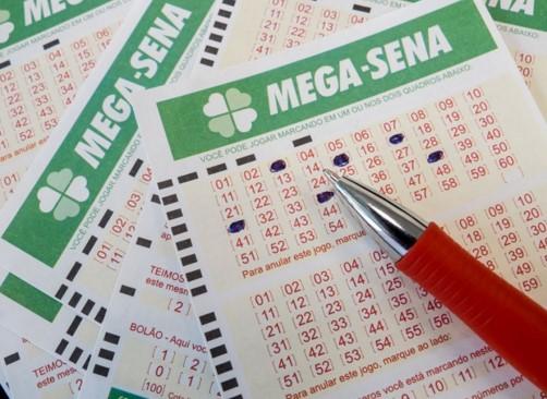 Para a aposta simples, com apenas seis dezenas, com preço de R$ 3,50, a probabilidade de ganhar o prêmio milionário é de 1 em 50.063.860, segundo a Caixa.