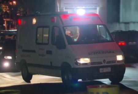 Ambulância deixa presídio e leva Garotinha para para o Hospital Quinta D'or, na Zona Norte do Rio.  (Foto: Reprodução/TV)