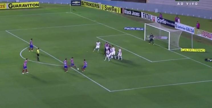 Em cobrança de falta ensaiada aos 6 minutos do primeiro tempo, Juninho fez o gol que garantiu o triunfo do Bahia e o ingresso no G-4.