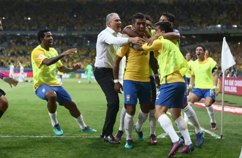 Philippe Coutinho, com golaço, Neymar e Paulinho definiram a vitória, que segue na liderança da competição, com 24 pontos. (Foto: Lucas Figueiredo/CBF/Divulgação)