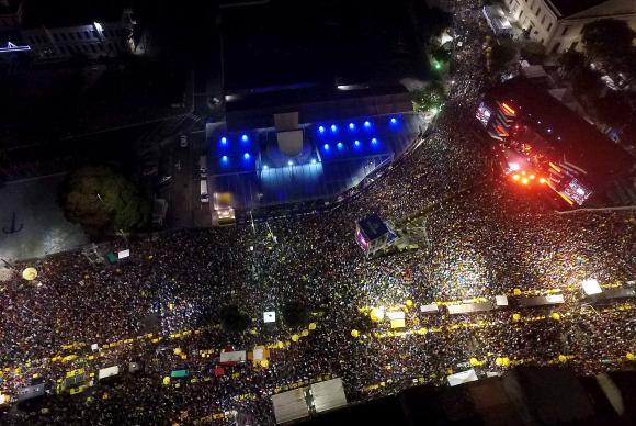 A primeira noite de Réveillon em Salvador levou multidões à Praça Cairu, na Cidade Baixa.