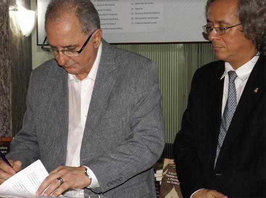O reitor da Uneb, José Bites de Carvalho, assina o convênio com João Carlos Salles, reitor da UFBA.