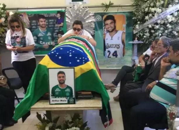 No caixão do jovem Artur Maia, as bandeiras do Brasil, do Votória e da Chapecoense. O presidente rubro-negro Raimundo Viana foi ao sepultamento em Maceió.