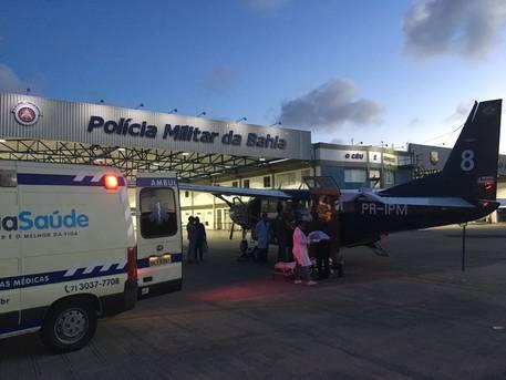O Grupamento Aéreo da Polícia Militar (Graer) realizou, na tarde desta segunda-feira (23), o transporte aeromédico do soldado José Cardoso Pereira ferido durante confronto com criminosos no município de Bom Jesus da Lapa. (Foto: SSP/Divulgação)