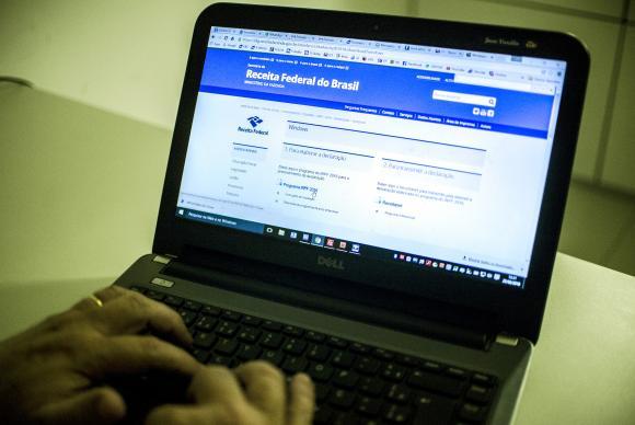 Para saber se teve a declaração liberada, o contribuinte deverá acessar a página da Receita na internet, ou ligar para o Receitafone, no número 146 (Foto: Marcello Casal Jr./Agência Brasil)