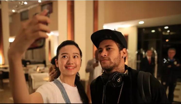 Chegada de Neymar  ao hotel Marriott em São Paulo. Fã faz selfie com Neymar) (Foto:  Lucas Figueiredo/CBF/Divulgação)