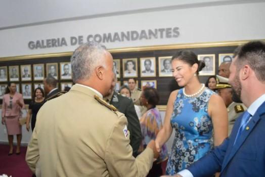Jéssica Senra, da Record Bahia, é homenageada pela Polícia Militar.