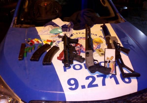 Com o grupo criminoso foram encontradas uma submetralhadora, um fuzil e uma espingarda calibre 12, além de uma grande quantidade de munição.  (Foto: SSP/Divulgação)
