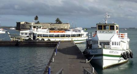A maré baixa faz a travessia suspender o atendimento aos usuários. (Foto: Astramab/Divulgação)