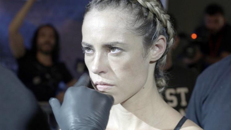 Jeiza se prepara para lutar (Foto: TV Globo)