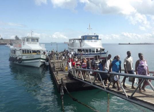 Passageiros   desembarcam no Terminal Náutico. Travessia parou às 9h30 e volta meio dia. (Foto: Astramab/Divulgação)