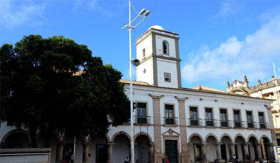 É um prédio histórico, erguido em 1549. Já foi cadeia pública, açougue e hoje abriga a Câmara de Vereadores.