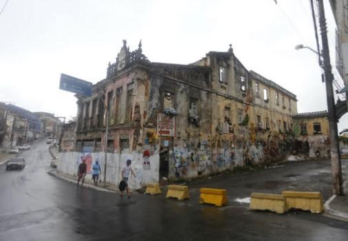 O casarão da Rua Professor Viegas, no Barbalho, será demolido a partir deste sábado (29) pela manhã. (Foto: Reprodução)