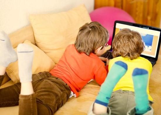 Especialista recomenda uso de versões customizadas de sites e apps para crianças. (Foto: Shutterstock/Reprodução)