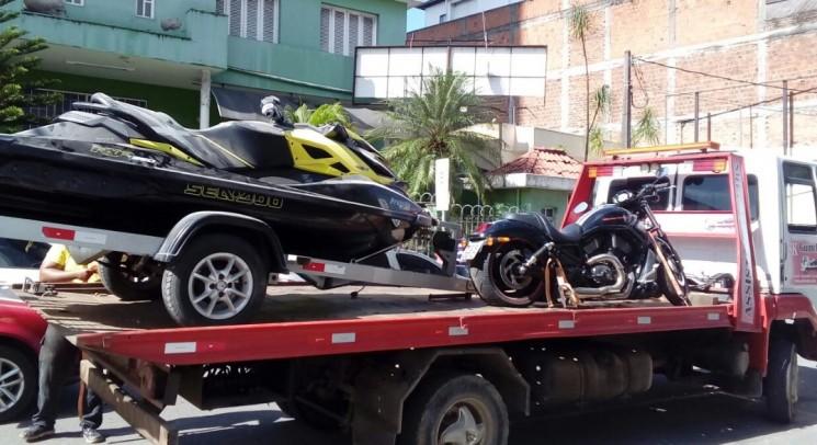 Na sede da empresa, no centro de Itabuna,  foram apreendidos veículos, uma moto aquática, uma motocicleta Harley-Davidson, um servidor de internet e até um drone. (Foto: SSP/Divulgação)
